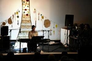 透き通った歌声で観客を魅了するコトリンゴさん=佐賀市のシアターシエマ