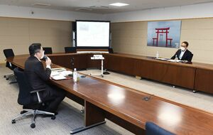 足立課長(左)と南里部長との面談は約2時間半にわたって実施された=県庁