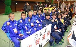 笑顔で開会式に臨む男子・鳥栖工、女子・清和の選手たち=京都市のハンナリーズアリーナ