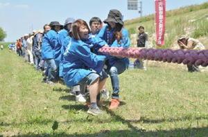 力を合わせて綱を引く佐賀県側の参加者。3本勝負だったが、福岡に2本連取され敗戦。通算成績は佐賀側の4勝3敗となった=筑後川河川敷