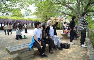 唐津をモチーフにしたアニメ「ユーリ!!!on ICE」の登場人物になりきり、聖地巡礼に訪れたアニメファン=唐津城