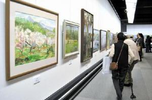 絵画や写真、工芸など6部門176点の作品が並ぶ県高齢者美術展の会場=佐賀市の県立博物館