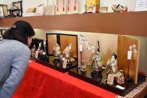 優しい色づかいのひな人形で、来場者を和ませる=佐賀市卸本町の村岡屋