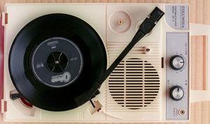 コンパクトタイプのレコードプレーヤー。ドーナツ盤はもちろん、LPも聴ける(フィルムで撮影)