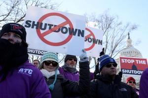 米ワシントンで、連邦政府機関の一部閉鎖に抗議する労働組合員ら=10日(ロイター=共同)