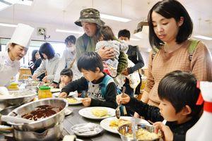 クレープ作りを楽しむ来場者たち=佐賀市多布施の西九州大佐賀調理製菓専門学校