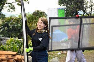笑顔でボランティア活動をする「IVUSA」のメンバー=杵島郡大町町福母
