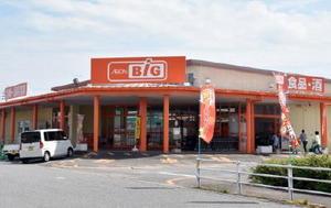 マックスバリュ九州が吸収合併し、ディスカウント店に変わったクリエイトの店舗。売り上げの確保が厳しくなる中、県内でも流通再編の動きが広がっている=杵島郡白石町