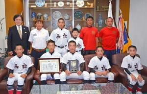 全国大会への出場を山口隆敏町長に報告し、活躍を誓った西松ボーイズの選手ら=有田町役場