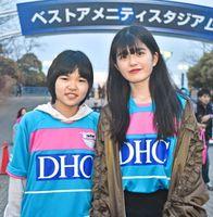 岡愛さん(左)と藤田桃さん=鳥栖市のベストアメニティスタジアム