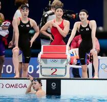 女子400メートルリレー予選のレースを終え、タイムを見つめる日本。上左から酒井夏海、五十嵐千尋、池江璃花子。下は最終泳者の大本里佳=東京アクアティクスセンター
