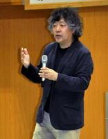 「脳科学で考える学び」と題して話す茂木健一郎さん=多久市の県産業技術学院