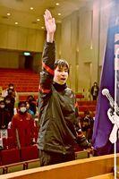 力強い言葉で宣誓をした中島遙音選手=多久市中央公民館
