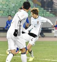 日本―タイ 試合終了間際、決勝ゴールを決める板倉。手前は田川=江陰(共同)