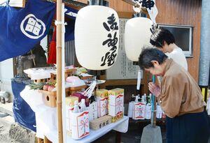 「十日恵比須大祭」で恵比須像にお参りする地元の女性たち=唐津市大石町