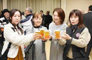 ビールを注ぎ、乾杯する参加者=みやき町のアスタラビスタ三根店多目的ホール