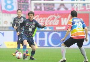 前座試合に出場し、ドリブルで攻める原泰久さん(左から2人目)=鳥栖市のベストアメニティスタジアム