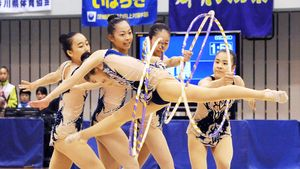 新体操少年女子団体 ノーミスで息の合った演技を見せた佐賀女子高の選手たち=愛媛県総合運動公園体育館