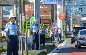 追突事故が多発する国道34号で啓発活動を行った警察官たち=神埼警察署前