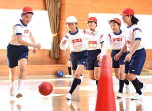ミニゲームでボールを追いかける三田川小の児童たち=吉野ヶ里町の同校