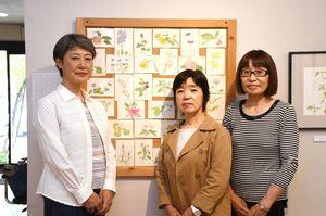 左から島佐賀子さん、遠藤友子さん、富石久美子さん=佐賀市のギャラリーふじ山