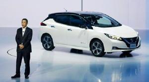 日産自動車の電気自動車「リーフ」の新型モデルについて説明する西川広人社長=6日午前、千葉市の幕張メッセ