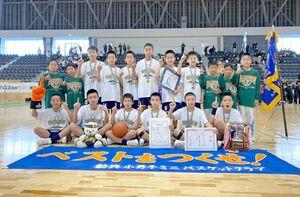 全九州ミニバスケットボール大会で、県勢として22年ぶりの優勝を果たした勧興ミニバスケットボールクラブの選手たち=福岡県久留米市の久留米アリーナ(提供写真)