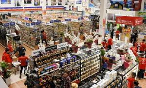 リニューアルオープンした「まるきん」伊万里本店。開放感のある空間で品ぞろえを増やし、商品も探しやすいよう工夫した=伊万里市二里町