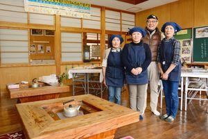 窯元ツーリズムで協力して焼き物ファンをもてなす岡本作礼さん(右から2番目)と「作礼かあちゃんず」のメンバー=唐津市厳木町の平之分校