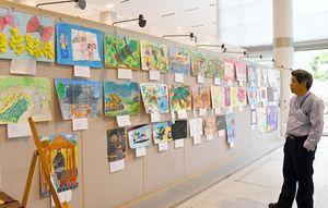 子どもたちが描いた色とりどりの絵が並ぶ=佐賀市のアバンセ