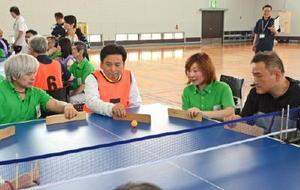 卓球バレーで身障者と交流する山口県知事(左から2人目)=勤労身体障害者教養文化体育館