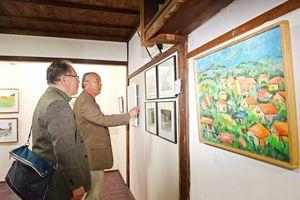 日韓交流作家の作品が並べられる「釜山点描展」=佐賀市天神のギャラリーIBAH