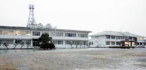 神埼市の新庁舎の整備予定地となっている県東部農林事務所(左)と神埼町保健センター(右)=神埼市神埼町