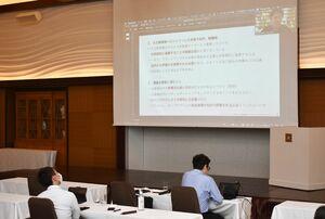 説明会では、スタートアップ企業との協業の有益性について事例報告などがあった=佐賀市のホテルマリターレ創世佐賀