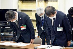 佐賀市のホームページ不備について謝罪する池田一善総務部長(左)ら=市役所