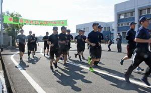 北山少年自然の家へと出発する初任科生=佐賀市の県警察学校