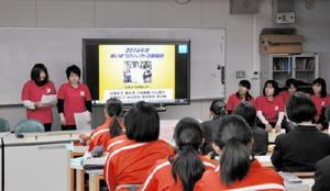 車いすをタイの障害者に届けた学生たちによる報告会=小城市の牛津高校