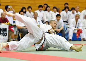 柔道男子個人60キロ級で2年連続日本一を目指す佐賀工の近藤隼斗(右)