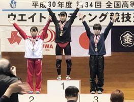 ウエイトリフティング女子45キロ級で3位に入った有田工の江頭あゆむ(右)=石川県の金沢市総合体育館