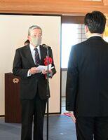 受章者を代表し、お礼の言葉を述べる鶴田徹さん=佐賀市の佐賀城本丸歴史館