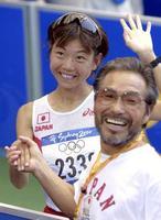 2000年9月、シドニー五輪女子マラソンで金メダルを獲得した高橋尚子選手と笑顔で握手する小出義雄氏(共同)