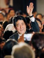 福島市で開かれた集会で、声援に応えながら会場を後にする安倍首相=18日午後