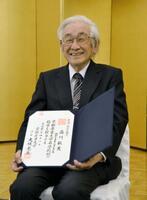2019年3月、名誉教授の称号を授与され、笑顔で記念撮影に応じる京都産業大教授の益川敏英さん=京都市