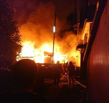 大町で長屋全焼、焼け跡から1遺体…