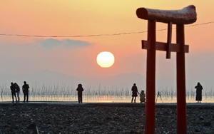有明海の初日の出。手前は浅瀬に立つ海中鳥居=1日午前7時25分ごろ、藤津郡太良町多良