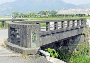 村人たちが力を合わせて大蛇を討ち取った所と伝えられる「蛇取橋」