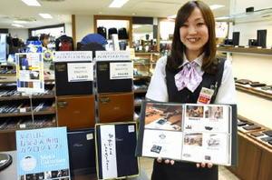 初めて企画したカタログギフトを紹介する売り場スタッフ=佐賀市の佐賀玉屋