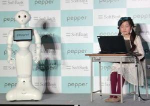プログラミング教育の支援のため、無償提供される人型ロボット「ペッパー」=25日午後、東京都港区
