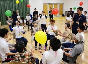 福祉やスポーツを学ぶ学生と地域の高齢者が交流した「幸齢」セミナー=西九州大学神埼キャンパス