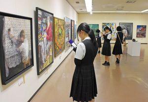 洋画、日本画、彫塑、工芸の独創性豊かな作品が競演する佐賀美術協会展=佐賀市の佐賀県立美術館